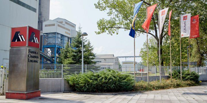 Ulaz u fabriku - zastave 2